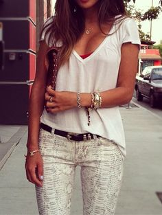 This reminds me of what Audrina off The Hills used to wear, cute jeans, then simple V neck top...