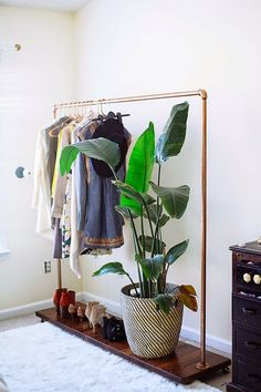 Clothing racks are ideals for small apartments or rooms with little space. Also they are really cool and they make you be more creative. Here are ten dreamy ideas on how to arrange a cute and small clothing rack. The minimalist The black and white itemlooks really good on a rack. In this way you …