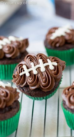 Easy Football Cupcakes with a video to show you how to decorate! Easy Football Cupcakes with a video to show you how to decorate! Super Bowl Party, Super Bowl Dessert Ideas, Cupcakes Design, Gateau Iga, Cupcake Recipes, Dessert Recipes, Tailgate Food, Tailgating Ideas, Super Bowl Essen