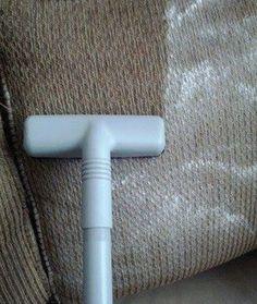 Entfern einfach Gerüche von Deiner Couch, indem Du Backpulver darüber streust und dann absaugst.
