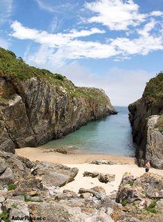 "Villanueva, a long ""secret"" channel-shaped beach in Llanes - by Asturplaya. Asturias Spain, Paraiso Natural, Secluded Beach, Us Beaches, Travel Information, Bouldering, Languages, Trekking, Coastal"