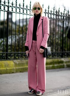 핑크의 대 반전! 러블리한 핑크 컬러 수트를 블랙컬러와 함께 스타일링해 시크하게 연출했다.