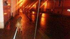 Nachts um ein Uhr in Eggenstein. Raus mit dem Hund, auf spiegelglatten Gehwegen und Straßen    Gandhi musste dringend raus. Draußen war es spiegelglatt und es hat mich beinahe auf die Schnaute gehauen. Es nieselte fein und der Regen fror auf Gehweg und Straße, sofort zu einer dicken Eisschicht.