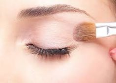 45 Genius 💡 Beauty Hacks 💋to Try if You Want to Look Fab 👌🏼 . If you ever run out of eye primer, just mix up lip balm, cornstarch and liquid foundation. Loose Glitter Eyeshadow, Diy Eyeshadow, Glitter Eye Makeup, Eyeshadow Primer, Eye Primer, Natural Eyeshadow, Natural Makeup, Smoky Eye Makeup, Eye Makeup Steps