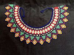 flores en chaquiras - Buscar con Google Beaded Collar, Beaded Choker, Beaded Jewelry, Jewellery, Beading Tutorials, Beading Patterns, Beaded Crafts, Seed Bead Necklace, Hair Ornaments