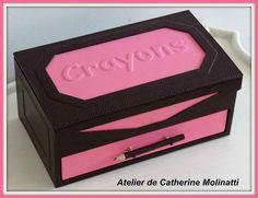 Bonjour à tous Aujourdhui je vous propose mon nouveau cahier technique : Ma boite à crayons J avais fait la version rose et marron , il y a quelques années pour un concours de cartonnage sur Webcartonnage .... Le couvercle et les côtés sont embossés ....