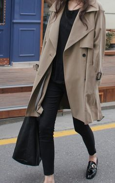 Casual chic in trenchcoat Fall Winter Outfits, Autumn Winter Fashion, Dress Winter, Winter Coat, Winter Style, Habit Vintage, Mode Style, Style Me, Girl Style