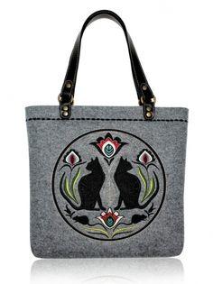 Plstěná vyšívaná taška na rameno i do ruky FOLK KOČKY 43-23116 Big Tote Bags, Purses And Bags, Handmade Handbags, Handmade Bags, Embroidered Bag, Leather Handle, Fashion Handbags, Machine Embroidery, Fashion Accessories