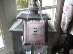 """Petit coussin de fenêtre en toile à matelas grise et blanche""""Les Libellules"""" : Accessoires de maison par au-petit-bonheur-des-dames"""