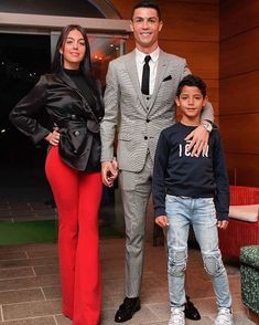 Schönes neues Foto von Cristiano Ronaldo, seiner Freundin und seinem Sohn, als sie herauskamen . - Lovely new photo of Cristiano Ronaldo, his girlfiend and son as they stepped out for a dinner date - Football Ronaldo Cristiano Cr7, Cristino Ronaldo, Cr7 Underwear, Cr7 Jr, Cr7 Junior, Love Is In The Air, Dapper Men, Football Players, Fashion Blogger Style