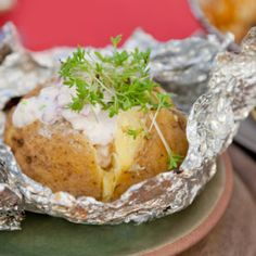 Rozšlápnutý brambor grilovaný s bylinkami a zakysanou smetanou