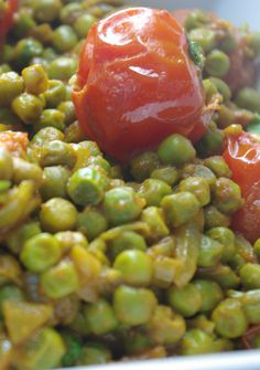 curry petit-pois tomate (pour changer des pois-chiches qui ont la cote sur ce tableau ,-) Veggie Recipes, Vegetarian Recipes, Healthy Recipes, Veggie Food, Fresh Coriander, Coriander Leaves, Exotic Food, Frozen Peas, Cherry Tomatoes