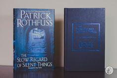The Slow Regard of Silent Things (Patrick Rothfuss), da Daw Books Estante de Luxo www.estantedeluxo.com.br