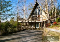 Birdsong is a beautiful and original cedar chalet located in the heart of Gatlinburg.