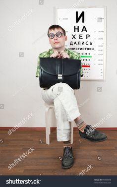 человек в очках в кабинете у врача