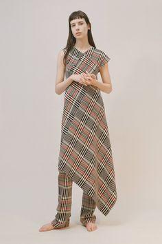 Guarda la sfilata di moda Ports 1961 a Londra e scopri la collezione di abiti e accessori per la stagione Pre-Collezioni Autunno-Inverno 2017-18.