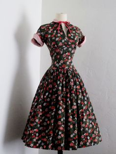Collar, cuffs, piping, keyhole. vintage 1940's Betty Barclay sweet lolita ditsy floral pin up bow cotton summer dress