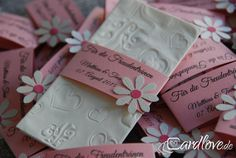 During a beautiful wedding ceremony only bothers the Crackle of tissue packs. Offers your guests of prefer handkerchiefs, equipped with small bands. On the bands stands for tears of joy, your name and the date. To get a colour-coordinated flower. For our embossed handkerchiefs, we use only brand tissues, so nothing plush or tears. A few color suggestions very her in the pictures. You can also send us your wishes! Please enter when purchasing your names, wedding date, as well as your desired…