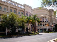 Centro Magno, uno de los centros comerciales más famosos de Guadalajara, ubicado sobre la avenida Vallarta en la zona poniente de la ciudad, a unas cuadras de Los Arcos de Guadalajara y la glorieta de La Minerva.