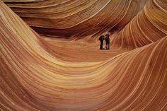 La vague aux Coyote Buttes en Arizona |  formation géologique datant du Jurassique, les différentes couches de grès appartiennent à des périodes différentes, et chacune est plus ou moins résistante à l'érosion, de sorte que le relief s'en trouve rugueux