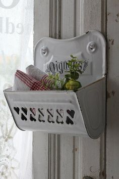 DIY Shabby Kitchen Decor Ideas That Will Add Value To Any Home Do you consider yourself to be an expert in home improvement? Vintage Enamelware, Vintage Tins, Vintage Shabby Chic, French Country House, French Country Decorating, French Farmhouse, Shabby Chic Kitchen, Vintage Kitchen, Cottage Style
