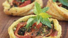 Rezept: Kleine Blätterteigpizzen mit Tomate