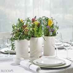 Tischdeko Frühling: Gefäß-Trio mit Muscari, Tulpen, Viola, Primeln und Jasmin
