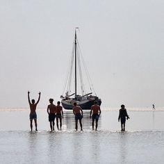 In de maanden mei t/m september organiseren wij unieke droogvaltochten van 09.00 uur tot 20.00 uur . Zeilen, droogvallen en wandelen op de bodem van de Waddenzee. Prijs: €.80,=