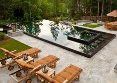 grande piscine extérieure rectangulaire en pierre noire