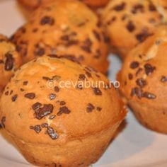Reteta rapida de briose cu fulgi de ciocolata Cupcakes, Cheesecakes, Summer Recipes, Biscuits, Good Food, Food And Drink, Sweets, Cookies, Breakfast