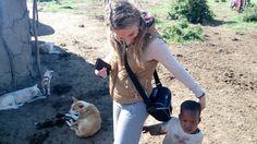 María visitando un poblado masai