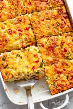 Easy to make Breakfast Casserole with shredded potato hash browns, sausage or bacon and mozzarella cheese! Perfect with a quick and easy hollandaise sauce. Loaded with green bell peppers, Roma tomatoes and onions, breakfast casserole Easy To Make Breakfast, Breakfast Casserole Sausage, Egg Bake Casserole, Overnight Breakfast Casserole, Breakfast Cassarole, Brunch Casserole, Breakfast Casseroles With Hashbrowns, Shredded Potato Casserole, Bacon Egg And Cheese Casserole