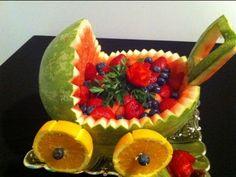 Como hacer una carreola de una sandia para regalo o decoración con fruta