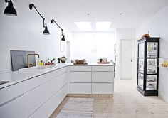 Kitchens without upper cabinets seem open and i like the look. Upper cabinets are not always so practical and are hard to reach and clutter up a room. Classic Kitchen, Minimal Kitchen, Rustic Kitchen, New Kitchen, Kitchen Ideas, Kitchen Lamps, Kitchen Interior, Interior Design Living Room, Kitchen Dining