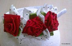 Linda e delicada, forrada com fita em cetim, com flores de cetim e flores de fuxico!  http://flordemeninaacessoriosbaby.blogspot.com/ R$ 18,40