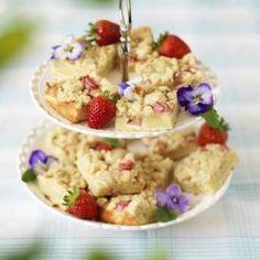 Denna enkla kaka fylld med ljuvlig rabarber går snabbt att baka, och är perfekt om du ska bjuda många.