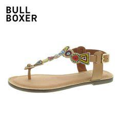 Mit Leichtigkeit und Leidenschaft schafft Bullboxer das Unerreichte: entdecken Sie den Komfort einer hochwertigen Sandalette aus Textil und Leder. Lassen Sie sich von einem glitzernden Sohlenrand und einer schönen Perlen-Dekoration verzaubern. Geben Sie dem Naturtalent unter den Sommerschuhen Ihr JA-Wort und bestellen Sie Ihre neuen Bullboxer Sandaletten noch heute hier bei SCHUH-Germann. Versandkostenfrei und total einfach.