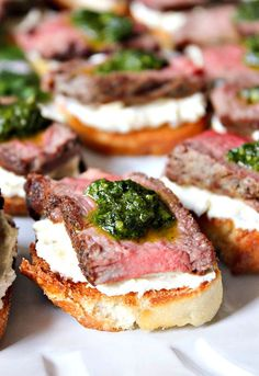 Beef Tenderloin Crostini with Whipped Goat Cheese and Pesto - Domesticate ME Rinderfilet Crostini mit Ziegenkäse und Pesto Meat Appetizers, Appetizers For Party, Appetizer Recipes, Dinner Recipes, Appetizer Ideas, Parties Food, Dessert Recipes, Beef Recipes, Cooking Recipes