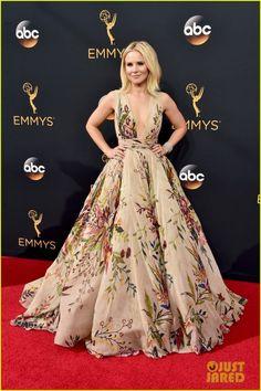 A maioria dos looks usados para o Emmy Awards 2016 não foram maravilhosos. Mas, atrizes como Emilia Clarke e Kristen Bell salvaram o dia!