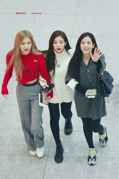 Image shared by Yamila Labrin. Find images and videos about kpop, rose and blackpink on We Heart It - the app to get lost in what you love. Kpop Fashion Outfits, Blackpink Fashion, Korean Fashion, Fashion Trends, Korean Airport Fashion, Kim Jennie, Girls Generation, Moda Kpop, Mode Ulzzang