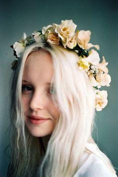 blond platine et couronne de fleurs