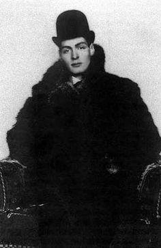 Arthur Cravan (1887 - desaparecido en 1918), la provocación por bandera.    Este señor nació un 22 de mayo, así como Gerard de Nerval o Felipe II.