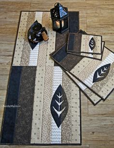 Kaffepause by ~BenteMalm~ Quilt Design Table runner, placemats, coaster / mug rug Table Runner And Placemats, Table Runner Pattern, Quilted Table Runners, Patchwork Quilting, Small Quilts, Mini Quilts, Skinny Quilts, Place Mats Quilted, Quilted Table Toppers