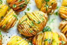 Recette : Pommes de terre rôties à la suédoise ( Hasselback potatoes ) – Tunisie Numérique Potato Crisps, Baked Potato, Gozleme, Hasselback Potatoes, Ratatouille, Potato Recipes, Side Dishes, Herbs, Cooking