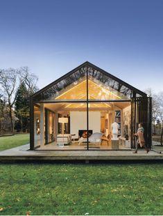 Cette maison d'architecte vitrée et fonctionnelle est intégrée dans la forêt - PLANETE DECO a homes world Modern Barn House, Modern Cottage, Glass Cabin, Glass House, Gable Window, Black House Exterior, L Shaped House, House In The Woods, Future House