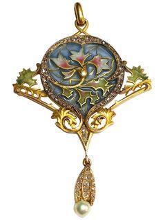 Beautiful Art Nouveau pendant by Masriera. Represents vegetal motifs in yellow gold, plique-à-jour enamel, diamonds and pearl. 1913.