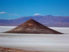 """El cono de Arita (Salta)  Tolar Grande es un pueblo minero en la Puna salteña que se hizo conocido en 1999, cuando se hallaron las momias bautizadas """"Los niños del Llullaillaco"""", en la cima del cercano volcán. A 80 km de Tolar Grande, el salar de Arizaro es el más grande de Argentina y el tercero en el mundo luego del de Uyuni, en Bolivia, y el de Atacama, en Chile."""