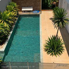 Plenitude🍃 @joaovscaramal . . . . #PalimananRevestimentosNaturais #Pedra #Hijau #Arquitetura #Design #Architecture #Decora #DesigndeInteriores #Decoracao #HijauBruta #Piscina #Pool #RevestimentoNatural #PiscinaHijau #ArquiteturadeInteriores #JardimPiscina #Arquiteto #Obra #Projeto #Projetos #Home #Landscapearchiteture #Construcao #Nature #Archtetura #Homedecor #Landscapedesign #Archilovers #PedraHijauPalimanan #PedraHijauBrutaPalimanan Natural Swimming Pools, Natural Pools, Pool Landscaping, Backyard Pools, Design Interiors, Interior Design, Design Design, Lap Pools, Indoor Pools