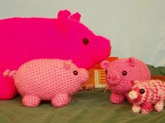 free crochet pig pattern. Might make this cutie over a plastic juice bottle and convert it to a piggy bank.