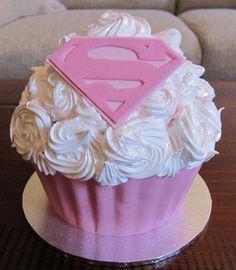 Te van a encantar estas lindísimas ideas para celebrar a tu pequeña con una fiesta de Supergirl. Coloca guirnaldas, globos de color blanco y rosa, o azul y rosa; además puedes colocar el emblema de supergirl en las paredes, en el techo y en el pastel.